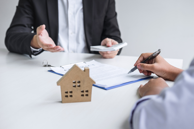 Mortgage Brokers vs Loan Officers - Source Mortgage Centre - Mortgage Brokers Alberta - Featured Image